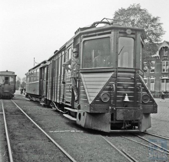 Nog een foto van de MBS, maar nu genomen aan het andere eindpunt, Nijmegen. Op deze foto staat hetzelfde materieel als op de vorige foto: tramstel EL 104-AB 14. Foto: J. Voerman, 17 mei 1942.