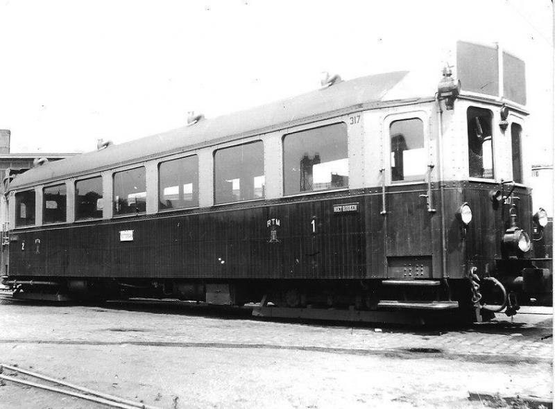 Een van de bekendste bedrijven met motortrams is ongetwijfeld de RTM, Rotterdamsche Tramweg- Maatschappij. Op de foto Motorwagen 317 op het handelsterrein aan de Rotterdamse Rosestraat, tevens beginpunt van de lijnen vanuit de Maasstad. Foto: B.J. Dijkman, 1933.
