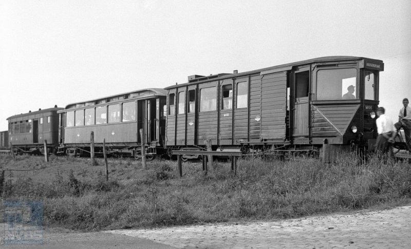 Deze foto is gemaakt op Overflakkee, bij Oude Tonge. We zien motorrijtuig M66 met ABm 422 en BD 402 - de eerste twee afkomstig van de MBS en de laatste van de NBM. Foto: J. Voerman, 12 juni 1948.