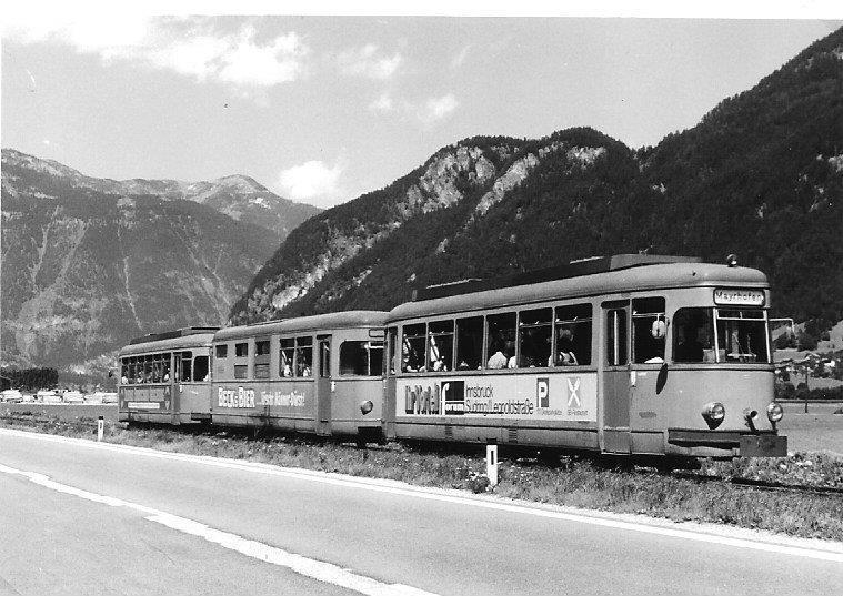 Het Sperwerstel -bij de RTM hadden alle motortrams een vogelnaam- EB1701-MBD1700-EB1702 is in 1963 de laatste nieuwe aanwinst geweest van de RTM. Het Sperwerstel begon een nieuw leven bij de Zillertalbahn in Oostenrijk. Op de foto zien we het stel te Strass-Fügen op weg naar Mayrhofen rijden met de Alpen als achtergrond. Foto: C. van Hattum, 5 augustus 1979.