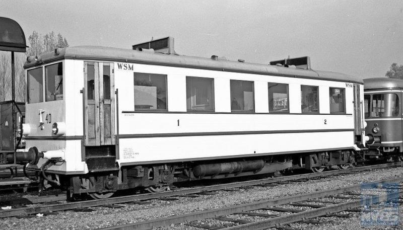 Het is alsof motorrijtuig 40 niet is weggeweest bij de WSM, zo mooi ziet hij er uit in het blinkende lichtgeel. In werkelijkheid kwam dit rijtuig na staking van de tramdiensten bij de WSM in dienst bij de Moerser Kreisbahn als vmr 10. In 1970 zien we het rijtuig terug naar Nederland komen en wel in Hoorn bij de SHM, waar het wordt opgeknapt en in dienst gesteld. Foto: J.A. Bonthuis, 1 november 1972, Hoorn.