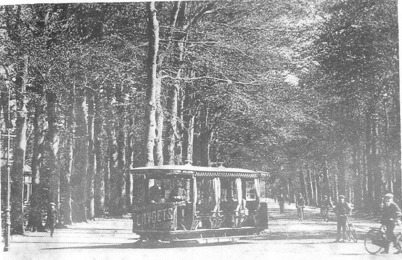 Nu een foto van de tweede soort, genomen op de Loolaan te Apeldoorn. Het betreft een motortram van de ApTM, Apeldoornsche Tramweg Maatschappij. Fotoreproductie: J. Voerman, kort voor de sluiting in 1917.