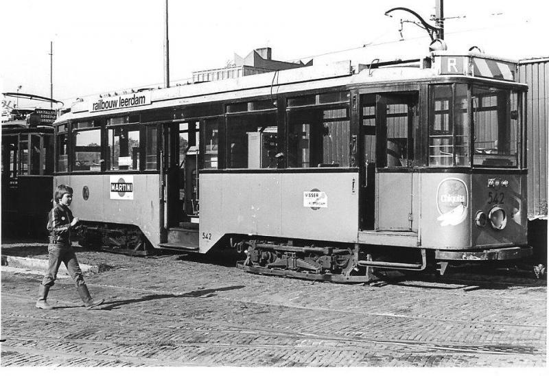 Een van de meest geslaagde tramtypes uit de vorige eeuw in Nederland vormen wel de vierassers van de RET, die vanaf 1929 in dienst werden gesteld. Motorwagen 542 op het terrein van de EMA achter het Amsterdamse Haarlemmermeerstation. Foto: R.T. Freriks, 29 september 1979.