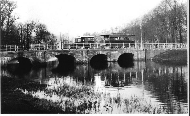 De Alkmaarsche Stadstram (AST) exploiteerde twee tramlijnen in de kaasstad, met motortractie zoals u hier kunt zien op de Bergerbrug. Foto: J.H.J. van Aken van der Laan, 1925.
