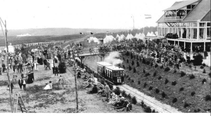 De merkwaardigste motortram van Nederland is wel deze, die het station van Den Dolder met het vliegkamp Soesterberg verbond, een afstand van drie en een halve kilometer. Verzameling: M. van Witsen, 1911.