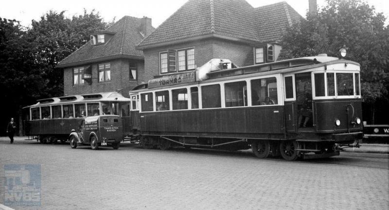 De foto toont motorwagen 1 met aanhangwagen 15 te Blaricum op de lijn van Hilversum via Laren naar Huizen van de NV Gooische Tramweg-Maatschappij (GoTM). Foto: H.G. Hesselink, 6 juli 1939