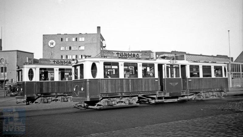 Het beginpunt van de Gooische in Amsterdam: een eigen station naast het Weesperpoortstation van NS . Met op de foto de motorwagens 11 en 12. Foto: H.G. Hesselink, juni 1937.