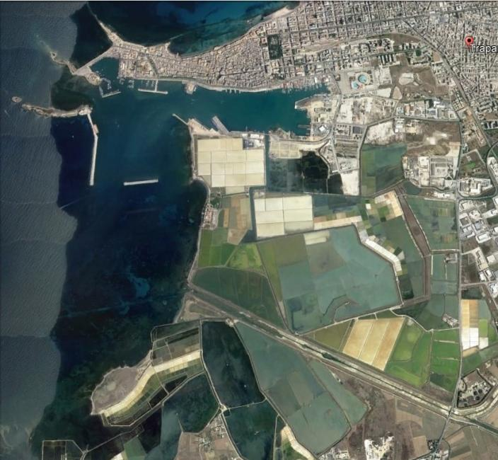 van boven naar beneden: de stad, de haven en de zoutpannen