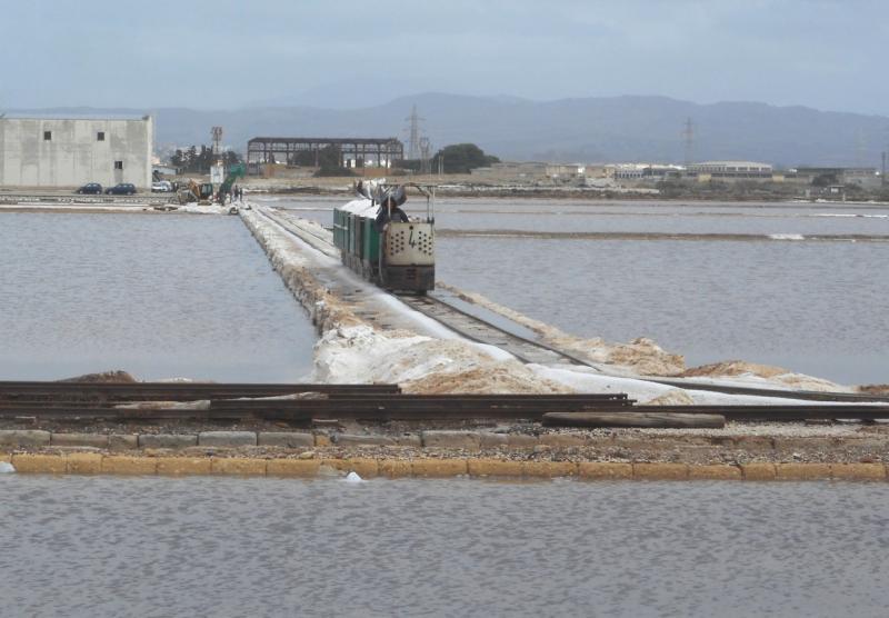 een zout-treintje verlaat het laadstation