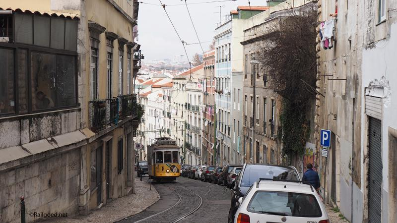 Wagen 578 van lijn 12E beklimt de steile Cançada de Santo Andre naar de halte Martim Moniz.