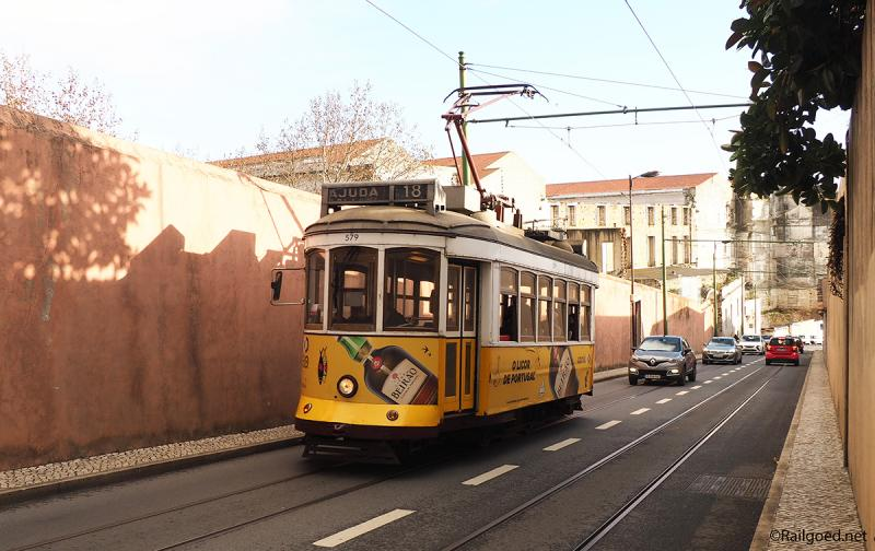 Wagen 579 van lijn 15E beklimt de Calçada Ajuda nabij het Palácio Nacional de Ajuda.