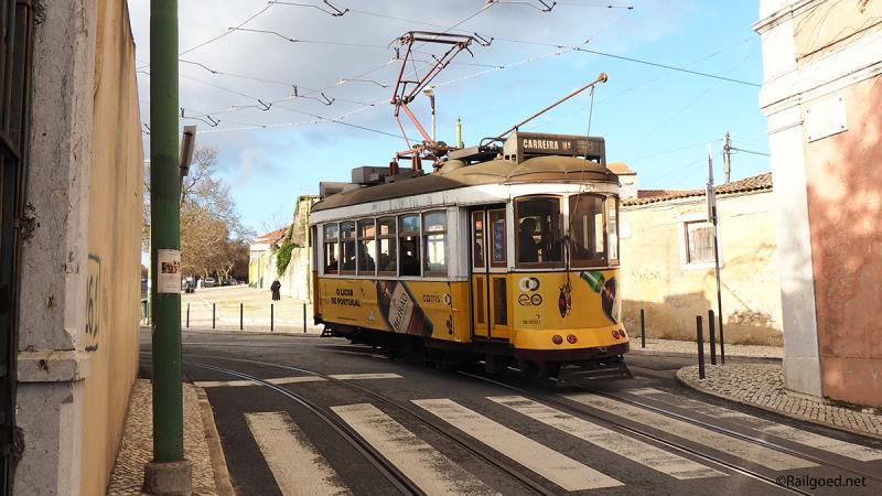 Bovengekomen maakt wagen 579 een scherpe bocht op een zeer onoverzichtelijk kruispunt naar de Rua das Açucenas.