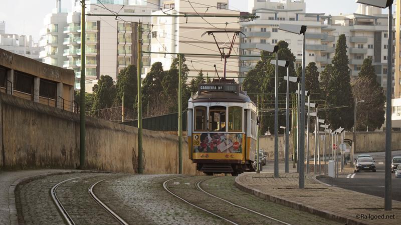 Wagen 579 rolt hier met nog één passagier richting de eindhalte en keerlus Ajunto Cemitério.