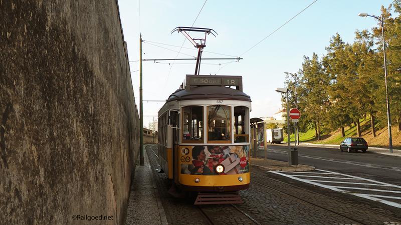 Wagen 557 is nog leeg als hij bij de halte Ajuda Rua das Açacenas aankomt.