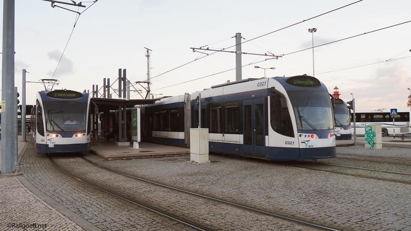 Het metrostation van Cacilhas. Tramstel C023 vertrekt naar Universidade, C021 is zojuist aangekomen.