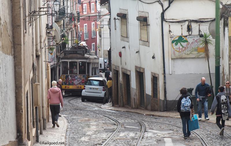 Via de smalle Calçada de São Vicente stort wagen 558 zich richting de benedenstad.