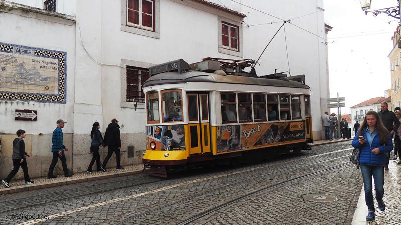 Vanaf de andere kant rolt wagen 576 met bestemming M.Moriz richting Largo das Portas do Sol.