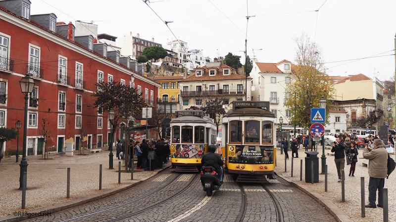 En in no time staat de straat weer vol. Minstens vier trams staan er op korte afstand van elkaar.