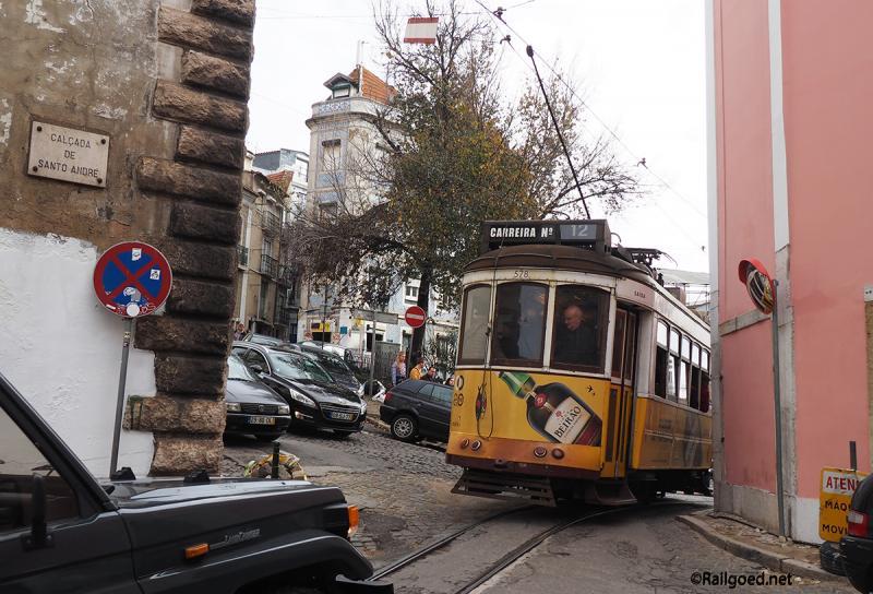Dit is opnieuw wagen 578. Te zien is, dat hij wel voorzien is van een pantograaf, maar dat de trolleystang in gebruik is.