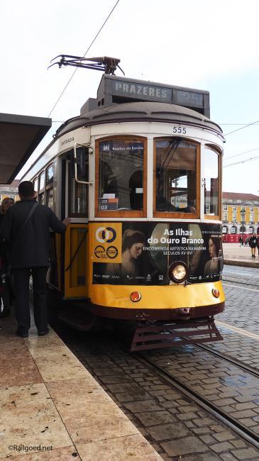 """Wagen 555 van lijn 25. Reclame heeft de egaal gele kleur, waaraan de trammetjes hun bijnaam ontlenen: """"amarelos"""", deels verdrongen."""
