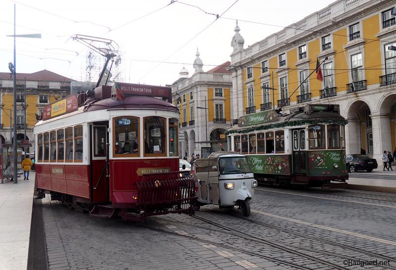 We zien de rode tram nr. 8 (reisgezelschaptram) vertrekken richting Alfama en de groene Kersttram (nummer onbekend) richting Barrio Alto.