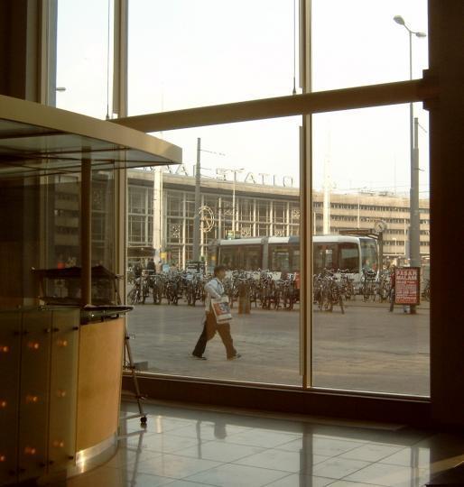 gezicht uit de hal van het Groothandelsgebouw.