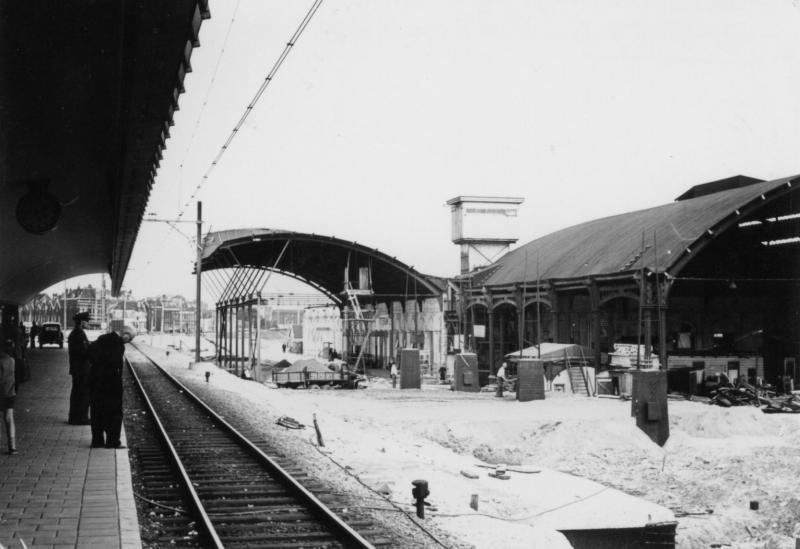Foto genomen tijdens de bouw van het station. Restanten van het oude station Rotterdam DP (Delftse Poort) zijn nog aanwezig.Foto nr 692-277D uit de SNR-verzameling, gemaakt door J.G.C. van de Meene op 8 augustus 1956