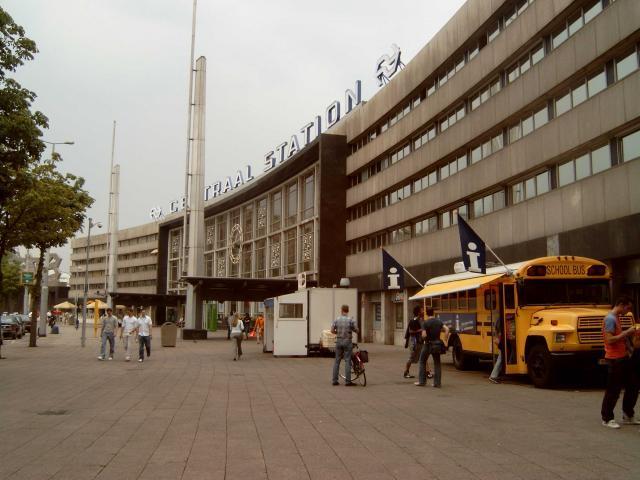 De voorgevel van het station; rechts een tijdelijke toeristeninformatie. Voor de beide ingangen is een afdak aangebracht met een vlaggemast.