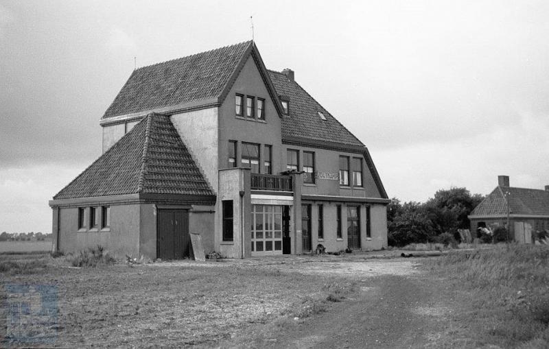 Het station van Zoutkamp, gelegen aan de Lauwerszee, staat er nog op het moment dat de foto wordt gemaakt, maar de spoorlijn ervoor, de route Zoutkamp-Winsum niet. Deze werd op last van de bezetter in 1942 afgebroken.