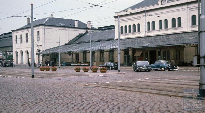 Den Haag kent van oudsher twee belangrijke stations, een van de HSM en een van de SS. De locatie van dit laatste is de Rijnstraat. Het architectonisch gezien vrij saaie stationsgebouw op deze foto is van de hand van architect A.W. van Erkel, die het in 1868 heeft ontworpen.