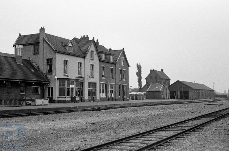 Dit is het voormalige hoofdstation van Stadskanaal. Rechts zien we nog de locloods staan. Deze werd in 1960 getransformeerd tot busgarage.