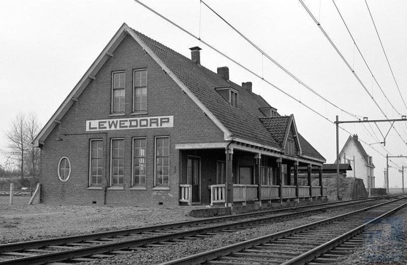 De Zeeuwse lijn kent op Zuid-Beveland nog steeds een redelijk aantal stations, maar vroeger waren er meer. Zoals Lewedorp, gelegen tussen Goes en Middelburg.