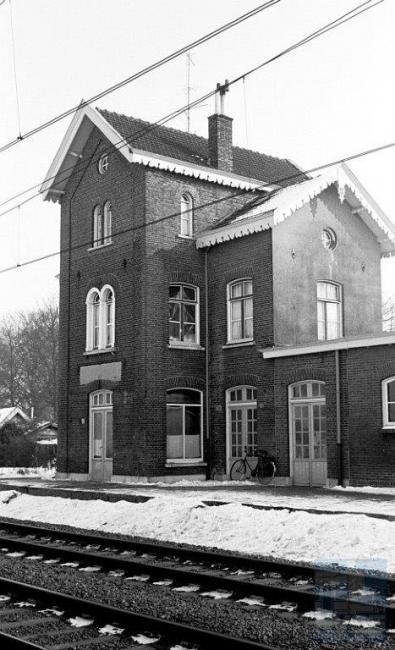 In Nuenen was vroeger een halte van de stoptreinen op het traject van Eindhoven naar Venlo. Het station is tegelijk met de opening van deze lijn in 1866 in gebruik genomen.
