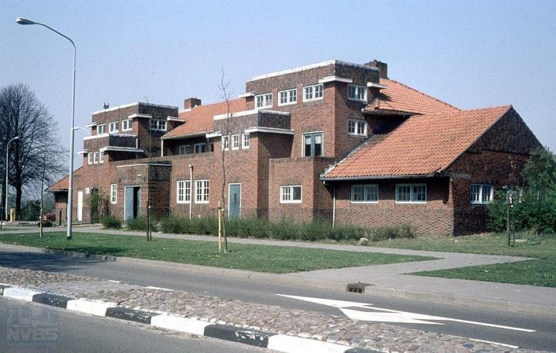 We blijven nog even in de provincie Groningen en tonen u nu, vanaf de straat gezien, het station van Ter Apel. Wat een majestueus gebouw! Het werd in 1922 gebouwd in de stijl van de toen bij architecten zeer populaire Amsterdamsche School. Het reizigersvervoer werd in 1935 gestaakt.