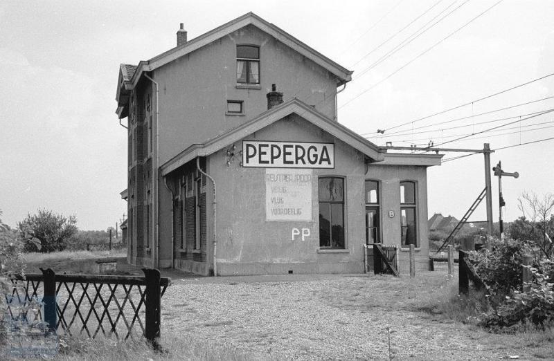 Peperga ligt tussen Steenwijk en Heerenveen, in Friesland dus. 'Vlug, Veilig en Voordelig' was lange tijd de leuze van NS die je op veel plaatsen kon tegenkomen, waaronder hier in Peperga.