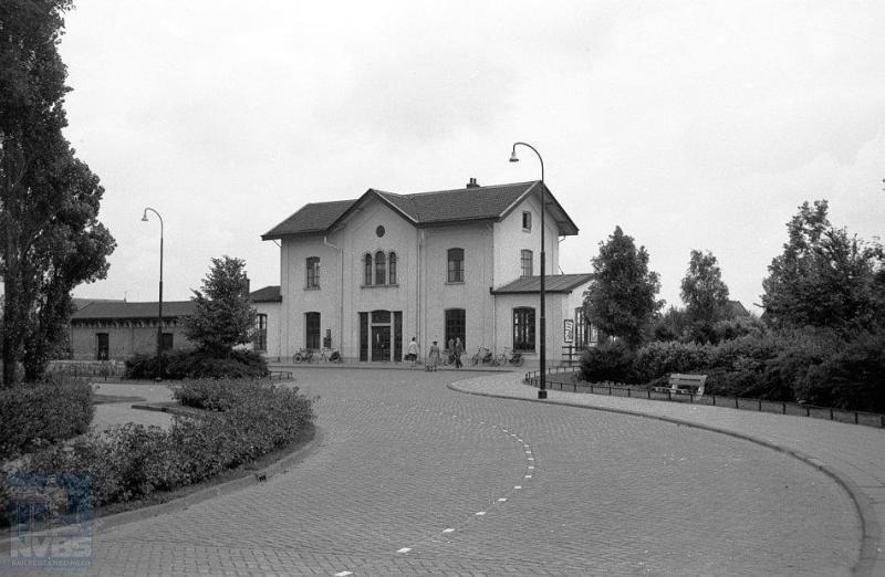 Vanaf de straatzijde werpen we op deze foto een blik op het voormalige station van Franeker.