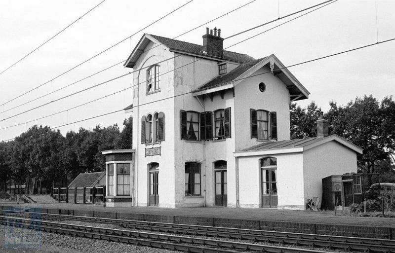 Vanaf de zuidwestkant gefotografeerd: het voormalige station van Staphorst.