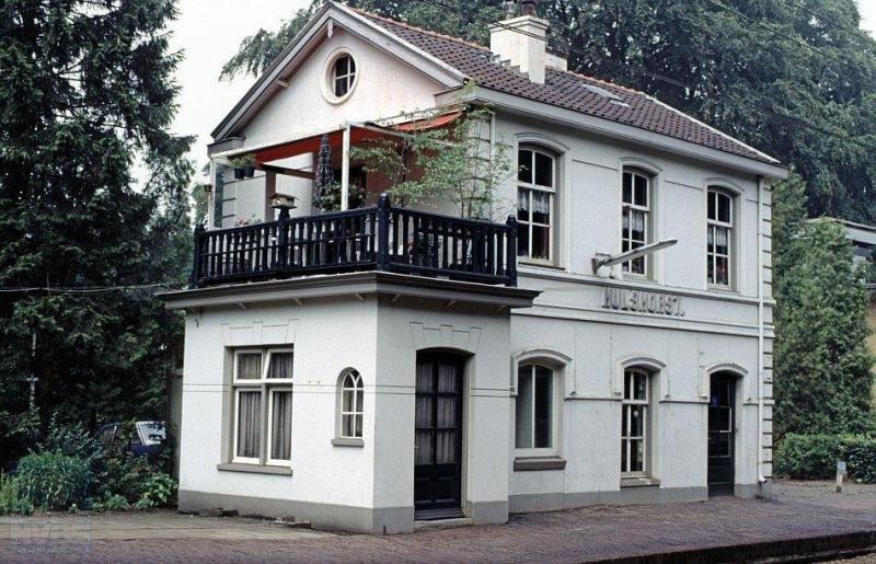 Het station van Hulshorst, gelegen in het noorden van de Veluwe, staat midden in de bossen. Het was een geliefd oord voor vakantiegangers. Het gebouw stamt uit 1865.