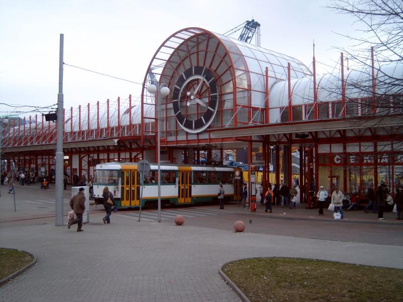 Een van de trams van Liberec bij het centrale punt. Dit bedrijf rijdt als een van de weinige nog uitsluitend met Tatra trams.Het knooppunt van het openbaar vervoer in Liberec heet Fügnerova.