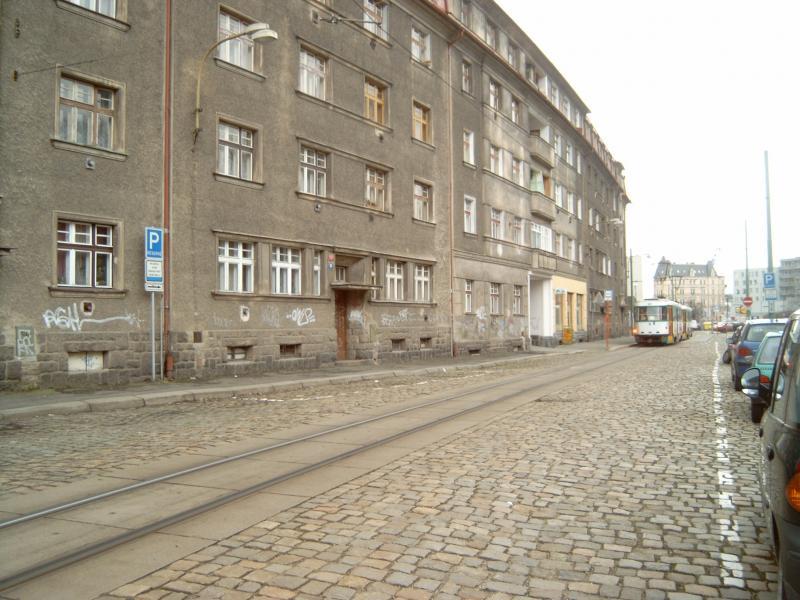 Kort na het beginpunt passeren we enkele grauwe flatgebouwen.Foto: NB, 2007.