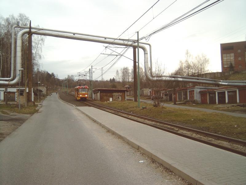 Zoals vaak in Oost-Europa, zie je langs de lijn in de buitenwijken groepen garages en buizen van de stadsverwarming.