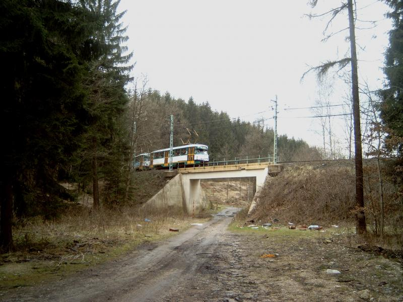 Onderweg zien we een tram over een viadukt rijden.Het is een Tatra T2, een museum-tramstel dat af en toe in de gewone dienst te zien is.