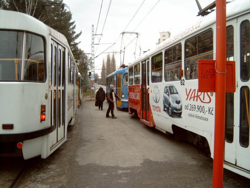 De lijn is enkelsporig en de trams zijn als eenrichtingtrams uitgevoerd. Bij een aantal haltes onderweg passeren de trams elkaar links, zodat een middenperron ontstaat.