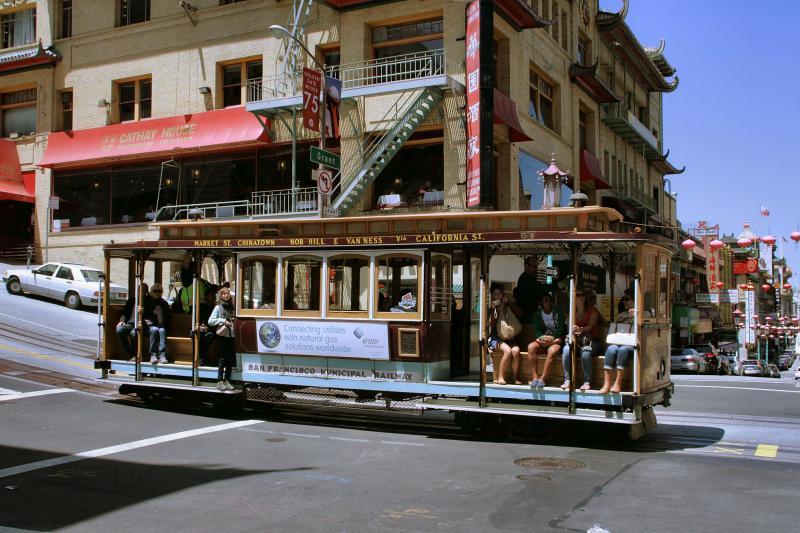 De wagens van deze lijn dragen de namen van de eindpunten Market Street en Van Ness Avenue; ze passeren daarbij de wijk Chinatown.Een tram stopt door hem los te koppelen van de kabel en tegelijkertijd een railrem in werking te stellen.