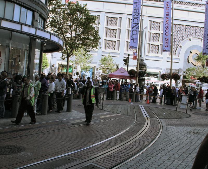 Sommige cars hebben een tweerichting bediening, niet echter de wagens die in Powell Street naar beneden komen: die moeten gekeerd worden. Midden in de stad ligt daarvoor een draaischijf, met er omheen een lange rij mensen die hopen een ritje met de cablecar te kunnen maken.