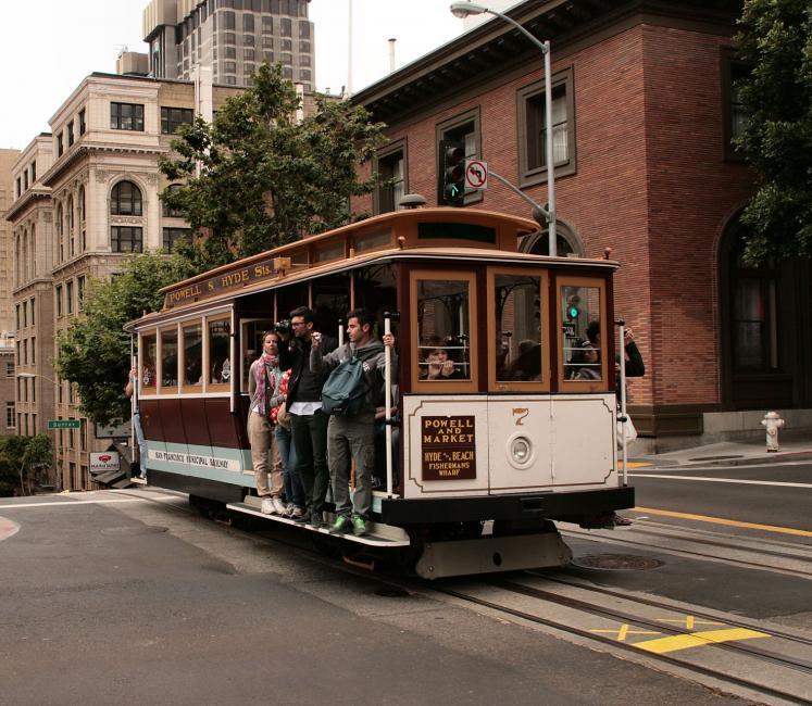 Ook Powell Street. Voor dwarswegen is de helling een stukje afgevlakt. De kruisingen zijn de natuurlijke halteplaatsen voor de tram.
