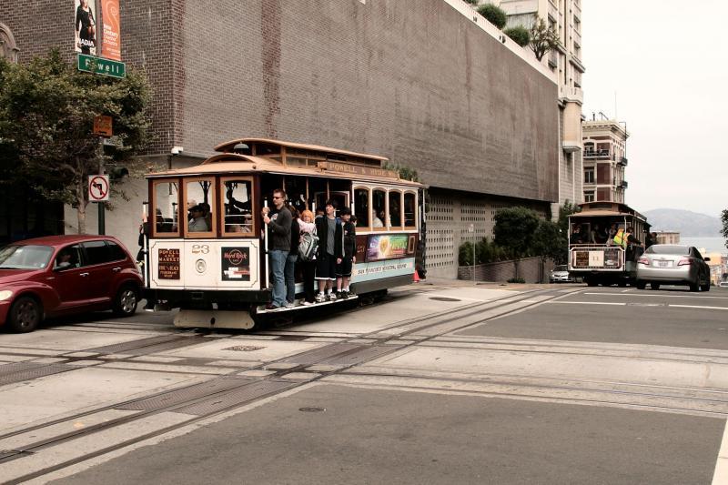Op het kruispunt van California Street en Powell Street, kruisen ook de kabelbanen. Alle lijnen passeren dit kruispunt.