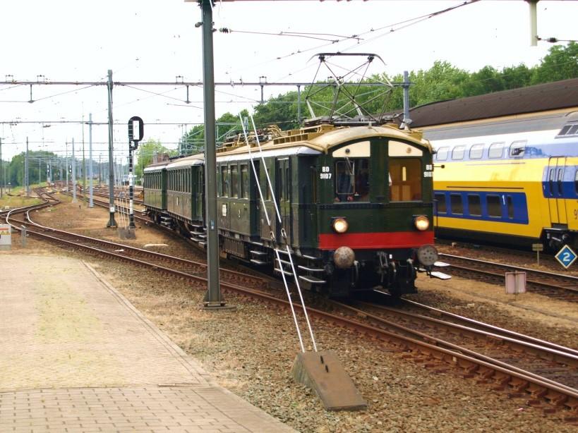 alt Het spoorwegmuseum heeft nog een zogenaamd blokkendoosstel rijvaardig. Op 14 mei 2011 rijdt dit stel Den Bosch binnen op weg naar Goes.