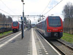 Voor de treindienst van Gouda naar Alphen aan de Rijn zijn de tweedelige Flirt-treinstellen in de uitmonstering van R-Net aangebracht. Op 4 april 2018 kruisen de 2011 en 2013 in Boskoop.