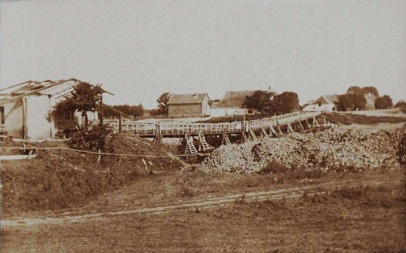 De eerste brugverbinding over de IJssel, een schipbrug; een afbeelding van rond 1850.